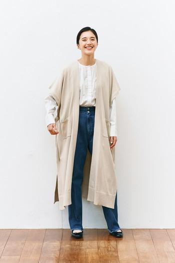 白トップス×デニムのベーシックコーデに、ベージュのフレンチスリーブカーディガンを羽織ったスタイリング。ロング丈でIラインを強調できるので、体型カバーにも効果的な着こなしです。定番のコーディネートも、カーディガン一枚で雰囲気がガラリと変わりますね♪