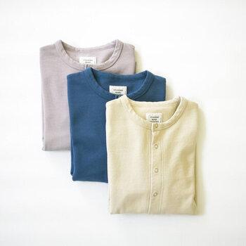 裏毛素材を使用し、柔らかな着心地が魅力のクルーネックカーディガンです。程よい丈感で、パンツにもスカートにも合わせやすい一枚。グレー・ベージュ・ブルーのくすみカラー3色展開です。