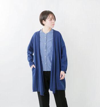 ミドル丈のトッパーカーディガンは、ボタンがついていないため気軽に羽織ることができます。透け感のないソフトコットン天竺編みで、季節の変わり目にも活躍してくれる一枚。ヒップラインが隠れる丈感で、体型カバーにも役立ちます。カラーはディープグレージュ・アッシュモカ・レッドオレンジ・セイラーブルー・ブラックの5色展開。