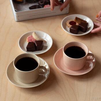 カップとセットで使えるソーサーですが、幅広く程よい大きさの作りで小皿としてテーブルに出しても違和感のないアイテムです。高さもあるので、スイーツなどを出す際にも重宝するサイズ感がうれしいポイント。カラーはリネン・パウダー・ハニー・ホワイトの4色展開です。