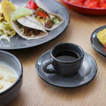1920年に創業した、メキシコの陶磁器メーカー「ANFORA(アンフォラ)」のカップ&ソーサーです。真っ黒でシンプルなデザインでどんな料理にも合わせやすいのがポイント。さらに食器洗浄機・オーブン・電子レンジにも対応している優れものです。