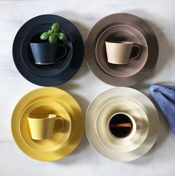 伝統の技術と現代の感覚を融合させた、繊細な印象の器が魅力的な「作山窯」の器。同色同素材のコーヒーカップとソーサーがセットになっています。同色をそのまま使うのもよいですが、2セット揃えてあえて異色で楽しむのもおすすめです。カラーはグレー・イエロー・ホワイト・ネイビー・ピンクの5色展開。