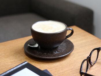 コーヒーの抽出かすを原料とし、新素材を開発したドイツのブランド「KAFFEE FORM(カフェフォルム)」。ベルリンのカフェやレストランから提供されたコーヒーの抽出かすで作ったカップ&ソーサーは、エコでサスティナブルだと高い注目を集めています。ころんと丸い形がキュートで、軽くて持ちやすく使い勝手も◎