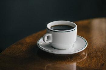 真っ白でシンプルながらも、グリーンのラインを施したアクセントが目を引くカップ&ソーサー。レストランや喫茶店などで味わうような、上品なティータイムを自宅でも楽しめるデザインになっています。