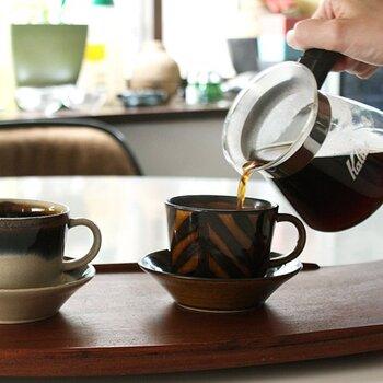 片手に収まるほどのサイズ感で、コーヒーやお茶を気軽に楽しめるカップ&ソーサーです。格子・二色巻・矢羽飴釉・渕釉流の4つの柄が用意されているので、あえて違う柄を4色そろえても素敵ですね♪