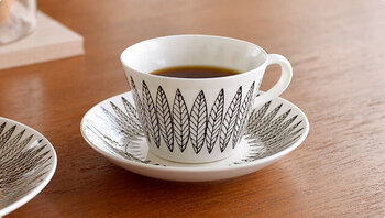 """同じく「Gustavsberg(グスタフスベリ)」の人気シリーズ、""""SALIX(サリックス)""""シリーズのカップ&ソーサーです。人気デザインの復刻版で、柳の葉をモチーフにデザインが描かれています。カラーはブラックとレッドの2色展開。コーヒーカップとティーカップの2つのサイズがあるので、用途に合わせて好みの大きさを選ぶことができます。"""