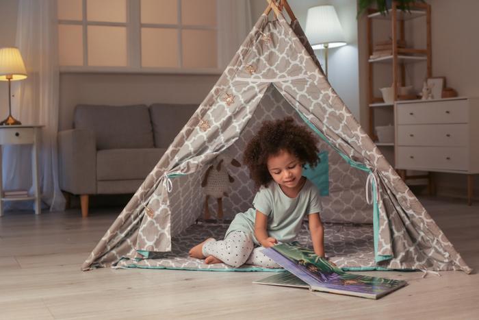 見た目もかわいい、室内で使える子ども用遊具の『キッズテント』。狭いところが大好きな子どもにとって、小さめサイズのテントは、居心地の良い空間となります。お気に入りのおもちゃを入れたり、おままごとしたり、秘密基地にしたり、使い方は自由自在♪