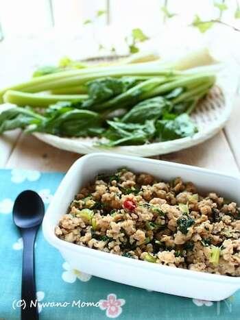 さっぱりめの鶏ひき肉には、さっぱりした野菜を合わせるのもおすすめ。こちらは、セロリの葉を使っています。赤唐辛子を加えて、ピリリとしたアクセントに。ごま油が香る甘辛味で、ご飯の進む一品です♪