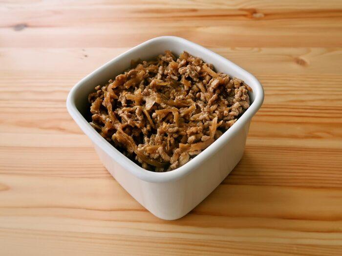 常備している食材を使えば、作りたいときにすぐ調理できます。こちらは切り干し大根と豚ひき肉のそぼろ。こちらのレシピでは、豚ひき肉を一度下茹でしてから使うのがポイント。すりおろしたショウガも入っています。仕上げの調味料に片栗粉が入っているので、まとまり感があって食べやすいでしょう。冷蔵庫で5日、冷凍庫で1ヶ月、日持ちします♪