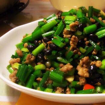 中華といえば、ニラも外せない素材です。こちらは、茎ニラがたっぷり入ったそぼろレシピ。豚ひき肉を使っていて、ニンニクと唐辛子のパンチが効いた味わいが楽しめます。トウチや五香粉などの本格調味料を使うのがポイント。