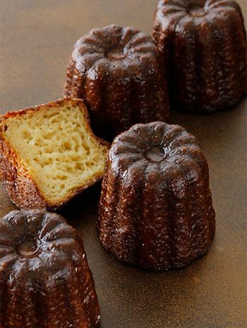 フランスのボルドー地方のお菓子「カヌレ」は、ラム酒とバニラの香りを存分に楽しめるのが魅力。外側はカリカリ、中はもっちりとした食感で、コクを出すためにカソナードをプラスして風味に奥行きを出すのがポイントです。