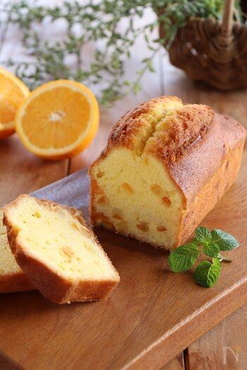 焼き上がった生地にグランマルニエのシロップをたっぷり染み込ませた、オレンジピール入りのパウンドケーキ。焼き上がったらすぐにオレンジシロップをうつのがポイントです。2~3日置くと味が馴染み、より美味しくなりますよ。