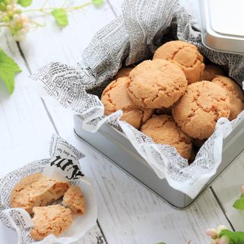 アマレットとビターアーモンドエッセンスを使い、本場の味に仕上げたアマレッティのレシピです。サクッと軽い食感にアレンジされており、材料や作り方もシンプルなので気軽に作れるのが魅力。