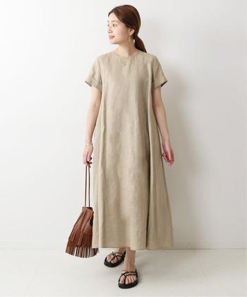 春夏を快適に過ごすのにぴったりな、リネン100%のワンピース。半袖だから一枚ではもちろん、カーディガンやジャケットを重ねて着ることもできます。