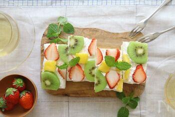 オープンサンドは、フルーツの形や色がよく見えておしゃれな仕上がりに。パンに生クリームを塗って、フルーツを並べればあっという間に完成します。絵を描くように、自由に並べてみましょう♪