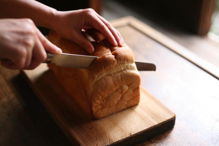 柔らかい食パンも、潰れることなく切れるのでストレスフリー。サンドウィッチは、具がはみ出ず一気にカットできます。