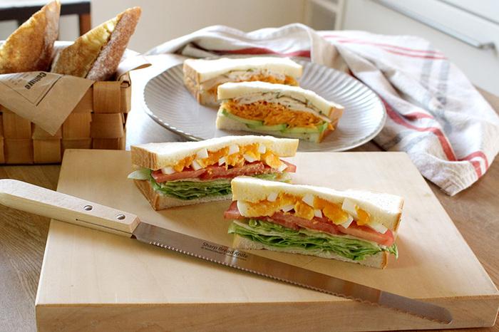 ボリュームたっぷりの「萌え断サンド」も美しく仕上がります。パン以外にも、ケーキや巻き寿司、キッシュなど色々な料理のカットに使える頼もしい包丁です。