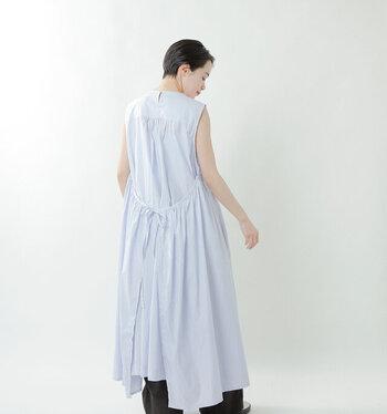 サイドの生地をエプロンのように後ろで結んで着用すると、印象的な後ろ姿になります。たっぷりのギャザーでガーリーな雰囲気に。