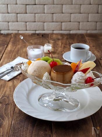 ザ・喫茶店といわんばかりの贅沢プリンアラモード。おうちでゆっくりカフェ気分を味わうのにぴったりの1品です。自分が好きなようにトッピングできるというもおうちカフェの醍醐味です。