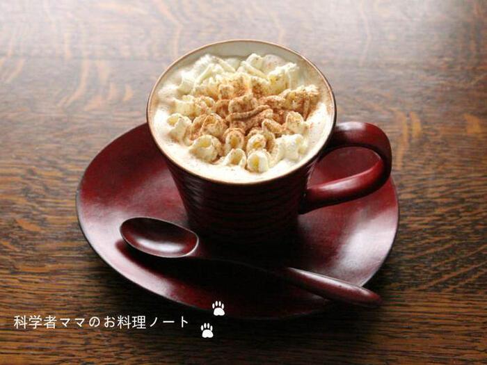 温かいコーヒーに生クリームをトッピング。とろける甘さがおうち時間を特別なものにしてくれます。いつものコーヒーに生クリームをプラスするだけで、なんだか特別な一杯になるような気がします。