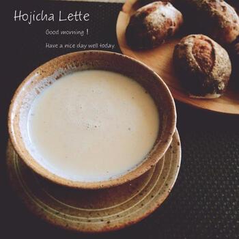 「抹茶がちょっと苦手…」という方には、ほうじ茶がおすすめです。ほうじ茶の香ばしくさっぱりとした味わいと牛乳のクリーミーさが絶妙で、パンとの相性もぴったりです。