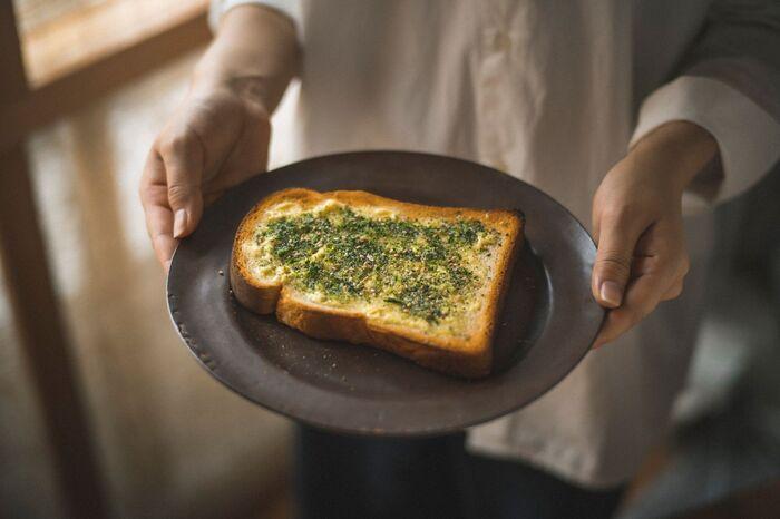 商品名通りに、あおさのりとカタクチイワシを使用したふりかけは、口にした瞬間広がる、あおさのりの風味と、あとからじんんわりと溢れ出てくる、カタクチイワシの旨味がクセになる、シンプルながら味わい深いふりかけです。あたたかいご飯はもちろんのこと、トーストにかけてのりトーストにしてもおいしくいただけます。