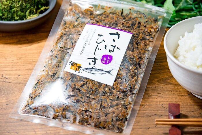 1960年に大阪府茨木市にて創業した、国産昆布や削りたてのかつお節などの原材料を取り揃えた、お出汁と佃煮の専門店「昆布と鰹職人 山崎屋」の国産の無添加のふりかけ「甘辛かつお、胡麻入り」。
