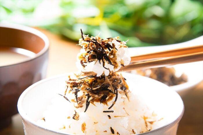 サバ、ひじき、かつお節の豊かな海の風味にしその香りが漂うふりかけは、ご飯のお供から、お弁当やおにぎりにも最適であっという間になくなってしまいそう。