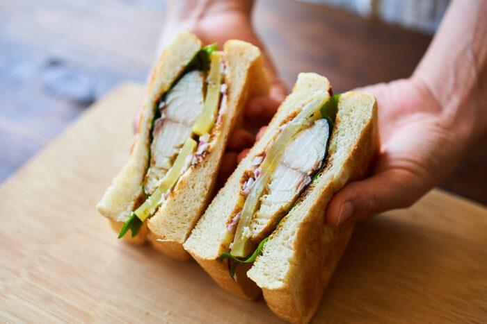 サバ、たくあん、青しそなど、和風な具材を食パンでサンドしたサバサンド。ボリューミーなサバは紫玉ねぎなどと合わせることで、臭みが和らぐんだとか! フワッとしたサバやコリコリとしたたくあんとパンの組み合わせは、一度試してみればきっとクセになりますよ。
