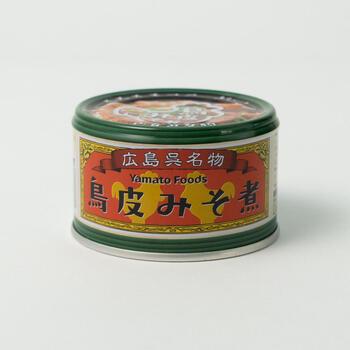 広島県呉市の居酒屋で戦後より親しまれている一品料理「鳥皮みそ煮」を缶詰で再現。実際にお店で出されているレシピをアレンジし、ぷるぷるの鳥皮とこんにゃくを味わい深い3種類の味噌で煮込み、缶詰にぎゅっとおいしさを閉じ込めました。