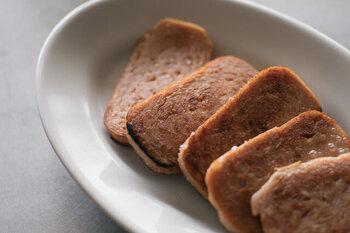 お肉代わりにいろいろな料理に使えますが、おいしさを最大限に味わいたいなら、カットしてフライパンでシンプルに焼いて食べるのがおすすめ。日持ちもするので、常備しておくとなにかと心強い缶詰です。