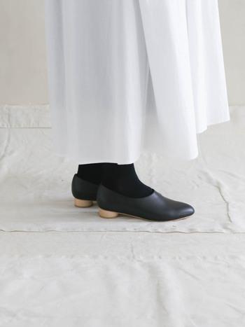 天然素材を使っているため、ひとつずつ、木目や風合いが異なるのも魅力のひとつですよね。世界に1足しかない靴を履いている実感を得られますよ。  やわらかく滑らかな上質なカウレザーはすっきりとして、足もとを軽やかにまとめあげてくれます。