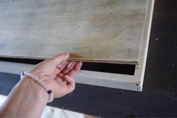 天板は、木枠を作ってから、その上に合板をのせて作った、これまたシンプルな造り。 その上から、古材スティックKIPETA(キペタ)を並べて演出していきます。釘、もしくはタッカーと呼ばれる大きなホッチキスのような工具で留めるので、高い技術が必要ないところもポイントです。