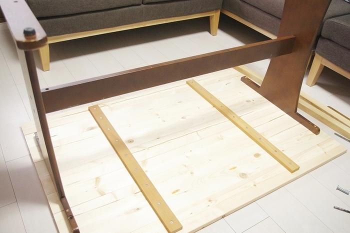 上記でご紹介した構造と同じように、横に並べた木材を縦に渡した木材、そして脚で固定。 仕上げにビンテージワックスをかければ、ぐんとおしゃれに生まれ変わったダイニングテーブルの完成です。