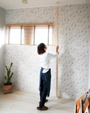 壁に突っ張るタイプなので、賃貸の場合でも壁を傷つけずに設置できるのがうれしいところ。 幅も空いたスペースに合わせて決められるので、ちょっとしたコーナーを活用することもできます。