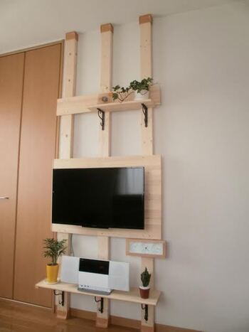 こちらは、テレビ幅に合わせてディアウォールでテレビ台を作成したアイデア。テレビの後ろに棚版を設置することで、一体感が増しています。上下にディスプレイスペースを設けることで、おしゃれさがアップ。テレビ台が飾る収納のような印象です◎