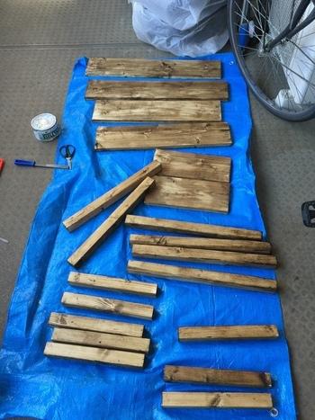2×2と1×4 のSPF材をホームセンターでカットしてもらい準備は完了。先にペイントしておいたほうが何かとスムーズそうですね。