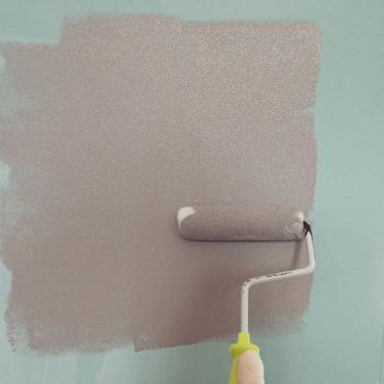面倒ですが、養生をきちんとしてから塗り始めるのがポイントなのだとか。 ローラーを使えば、比較的ムラなく仕上がるそうですが、こちらのブロガーさんによると、2度目は少し水で薄めることがコツだといいます。