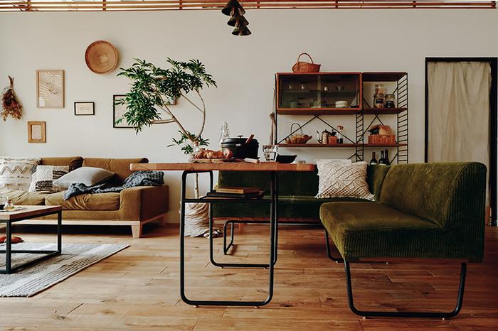 テーブルやソファの足をブラックで統一。柔らかな雰囲気の家具でもパーツで引き締めると、洗練された印象になりますね。