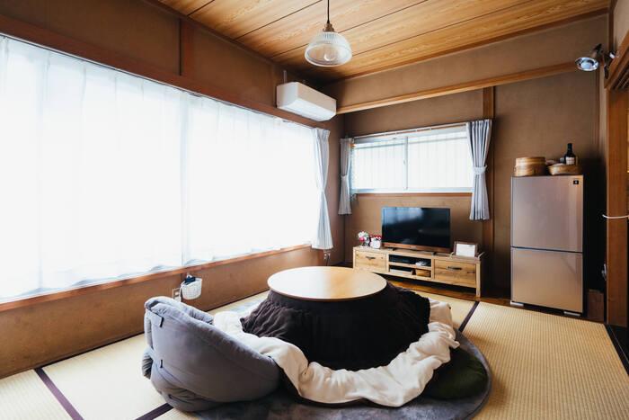 和室をモダンな雰囲気にまとめたこちらのお部屋。お部屋にはテレビと冷蔵庫とこたつだけ。床にものを置かないミニマムさが魅力です。