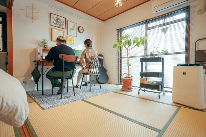 お部屋の中には、グリーンや、アートなど、好きなものを散りばめて。広めのデスクを置けば集中できるワークスペースの完成です。