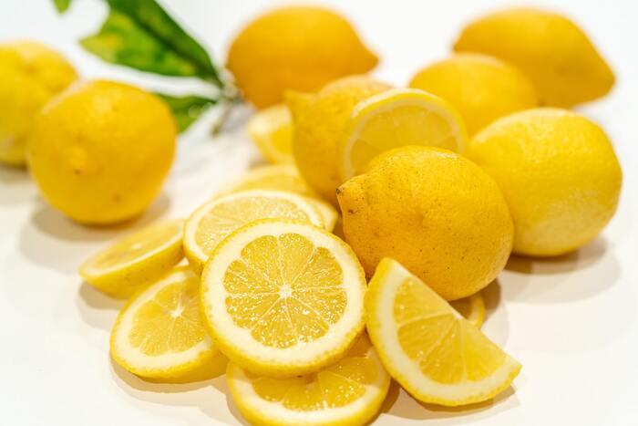 レモンを洗って水気をよく拭き、輪切りにスライスしていきます。できれば、ワックス不使用の国産レモンを使うのが安心です。レモンの種は取り除くようにしましょう。