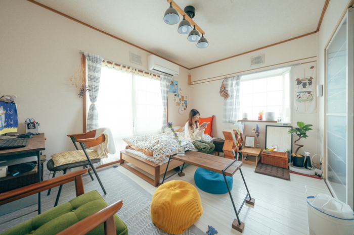 温かみのある家具、イエローやブルーなどの差し色などが北欧らしさを作り出しているこちらのお部屋。明るい色を取り入れることで、全体的に女性らしい印象となっています。