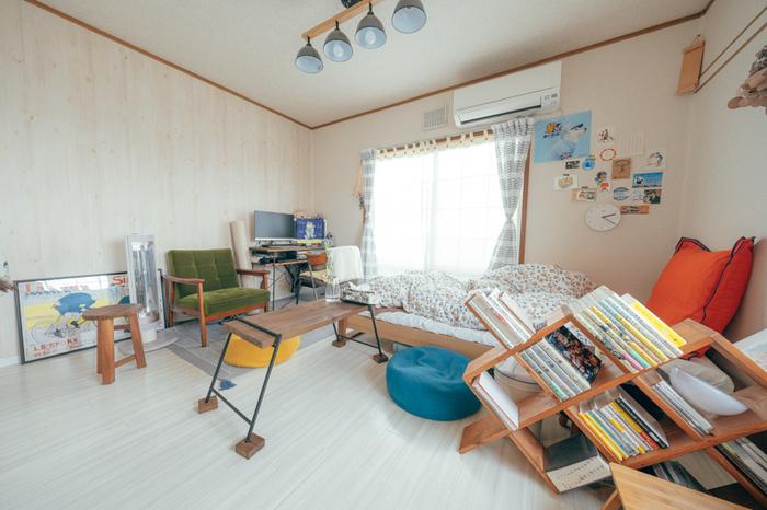 お部屋の中でも目を引くマガジンラックは、オーダーメイドなんだとか。最近ではセミオーダーのできるネットショップなども増えているので、家具の一部を部屋に合わせて作ってもらうというのも良いアイデアですね。