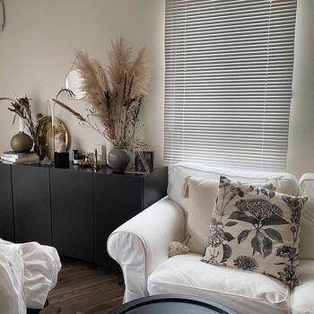 シンプルモダンなモノトーンインテリアを基調としたこちらのお部屋。床は、流行りのフローリングシートを使用しているそう。床が美しいだけで、部屋全体の高級感がアップしますね。