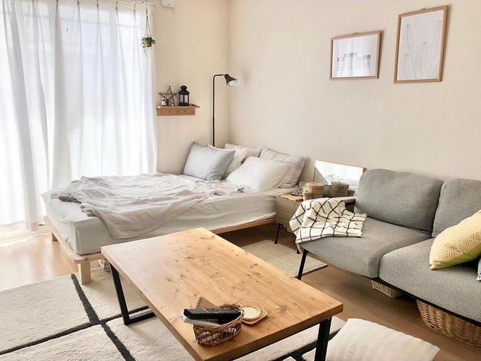 シンプルでナチュラルなインテリアに囲まれたこちらのお部屋。ブラックが差し色になった家具が多く、すっきり整って見えます。