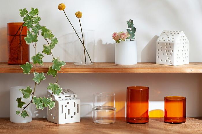花瓶としてはもちろん、アクセサリーや化粧道具、文具などを入れる小物入れとしても使うことができます。使い道が一つに限定されることなく、さまざまな用途に使えるのがうれしいですね。