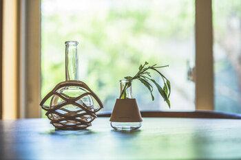 ガラス容器にベジタブルタンニンレザーのカバーが付いていて、異なる素材の組み合わせがユニーク。使用しているうちに変化していくレザーの風合いも楽しみたい。