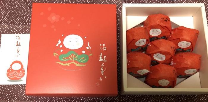 まず「加賀八幡 起上もなか」をご紹介。  「加賀八幡起上り」の、真紅のおくるみ姿のイラスト。そしてぽってりとした、純粋無垢なお顔立ちが、なんとも可愛いですね。