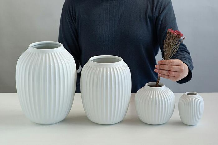 デンマークを代表する陶磁器ブランド「KAHLER(ケーラー)」のフラワーベース。なめらかな美しい曲線の、どこかクラシックな佇まいが素敵です。